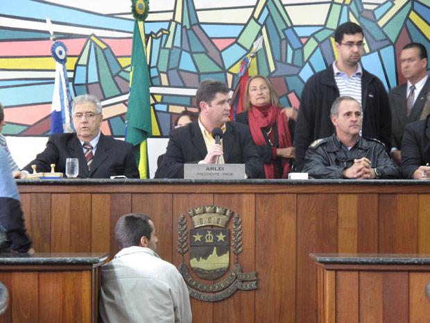 Roberto Pinto ao lado do presidente da Câmara, Arlei Rosa, toma posse da prefeitura de Teresópolis (Foto: Patrícia Kappen/G1)