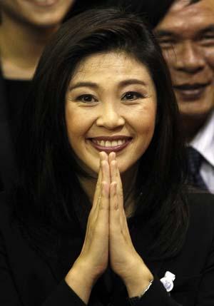 Yingluck Shinawatra comemora no Parlamento tailandês logo após ser eleita a nova primeira-ministra, nesta sexta (5) (Foto: Sukree Sukplang / Reuters)
