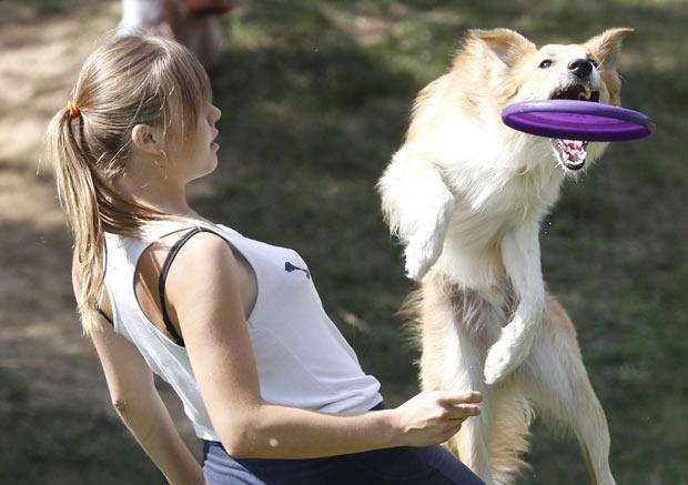 Campeonato canino de lançamento de disco plástico foi realizado neste sábado em Moscou. (Foto: Sergei Karpukhin/Reuters)