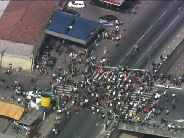 """Manifestantes protestam contra aperto na fiscalização da """"Feira da Madrugada"""", no Pátio do Pari (Foto: Reprodução/TV Globo)"""