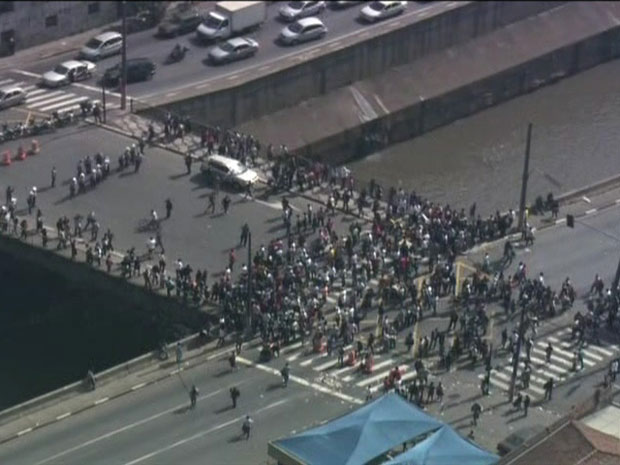 Manifestantes voltaram a ocupar, por volta das 9h30, a Avenida do Estado, no Centro de São Paulo (Foto: Reprodução/TV Globo)