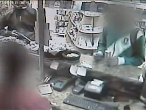 Filho de guarda civil saca a arma em posto (Foto: Reprodução/TV Tem)