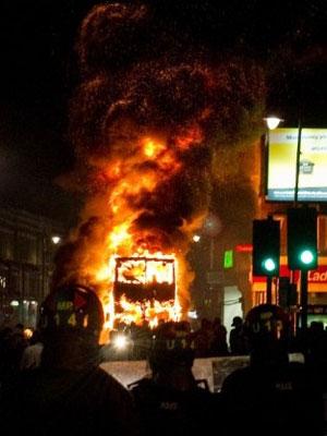 Um ônibus também foi queimado durante os protestos (Foto: Leon Neal/AFP)
