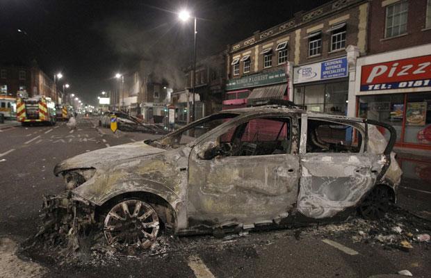 Dois carros da polícia foram queimados pelos manifestantes (Foto: Stefan Wermuth/Reuters)