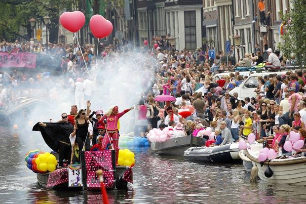 Participantes da Parada Gay de Amsterdã.  (Foto: Bas Czerwinski/AP)