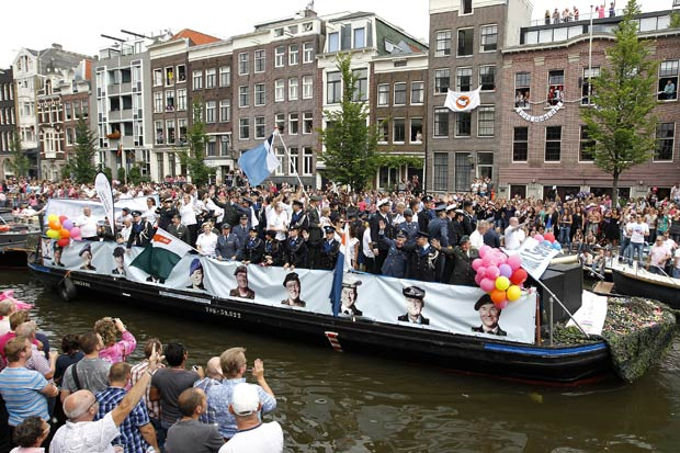 Barco levou soldados homossexuais de uniforme.  (Foto: Bas Czerwinski/AP)