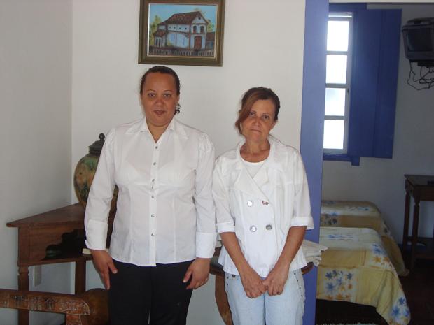 Adriana Ribeiro e Wania Rodrigues em um dos quartos da pousada (Foto: Ana Lucia Garcia Hostalácio)