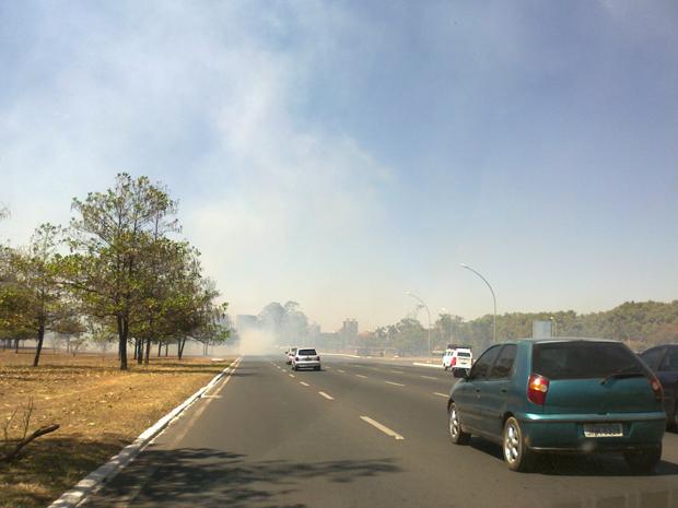 Queimada próxima ao Parque da Cidade atrapalha visibilidade de motoristas que circulam pelo Eixo Monumental neste sábado (6), por volta de 13h.  (Foto: G1 DF)