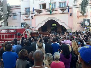 corpo de prefeito interino segue para cemitério (Foto: Lilian Quaino / G1)