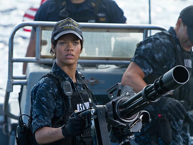 Rihanna de boné e uniforme militar em 'Battleship' (Foto: Divulgação/Rihanna Daily)