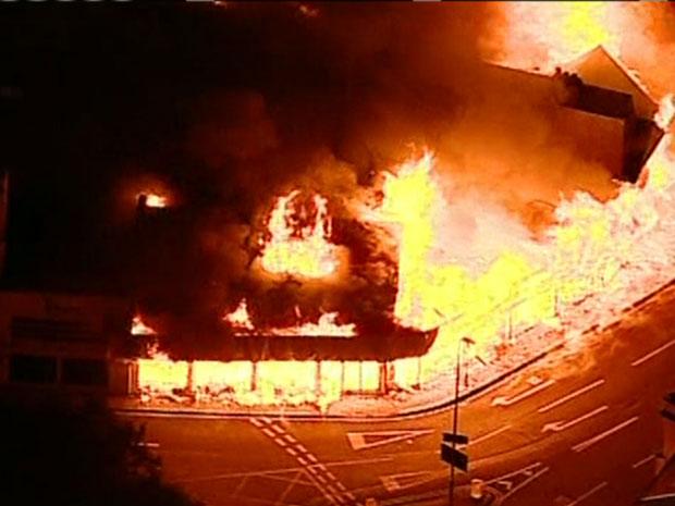 Imagens aéreas mostram incêndio em Londres (Foto: Reprodução/TV Globo)