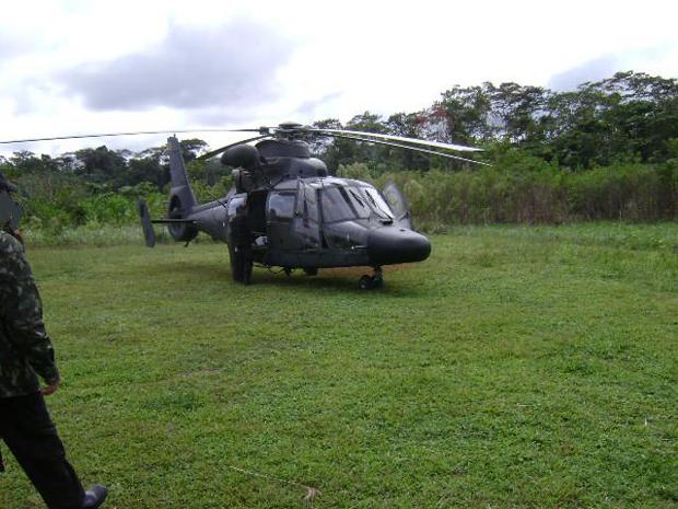 Helicóptero da Polícia Federal na base Xinane, na floresta amazônica situada no território do Acre (Foto: Divulgação/Polícia Federal do Acre)