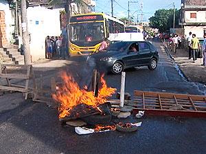 Manifestação no bairro de Águas Claras, em Salvador (Foto: Reprodução/TV Bahia)