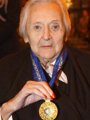 Nancy Wake, em foto de 2004, após receber uma de suas condecorações. (Foto: Adam Butler / AP)