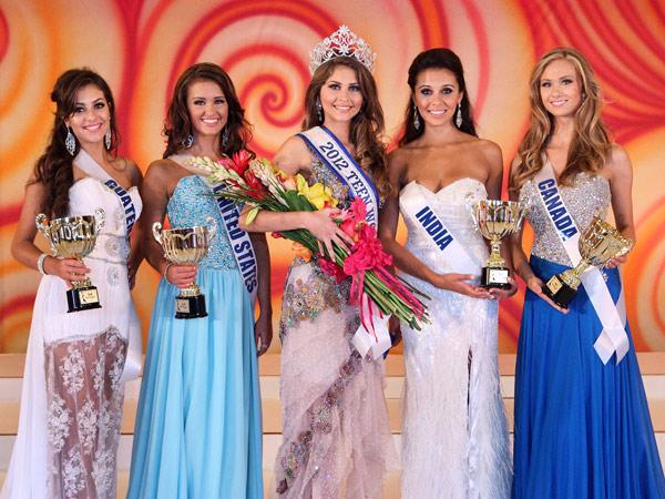 A alagoana Gabriele Marinho, 17 anos, vencedora do Miss Teen World, ao lado das concorrentes durante o concurso em Houston, no Texas, EUA (Foto: Divulgação/Miss Teen World)