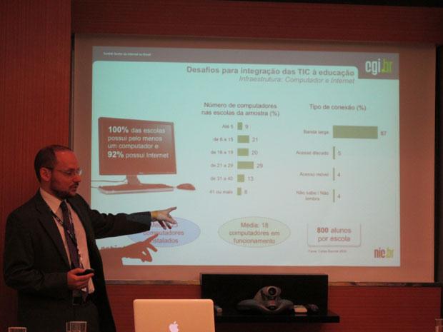 Juliano Cappi, coordenador de pesquisa do CETIC.br, mostra número da pesquisa (Foto: Fernanda Nogueira/G1)