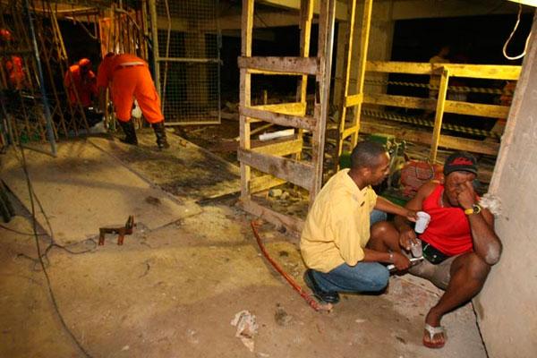 Acidente em obra mata nove pessoas em Salvador (Foto: Arestides Baptista/Agência A Tarde/AE)