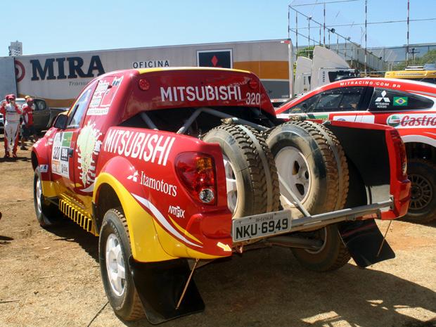 Mitsubishi Triton SR está disponível apenas na cor vermelha (Foto: Divulgação)