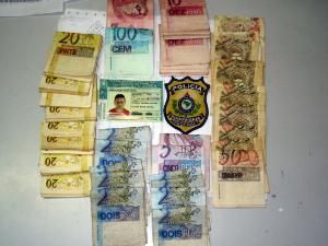 Homem é preso portando carteira de habilitação falsa e dinheiro, no Ceará (Foto: PRF-CE/Divulgação)
