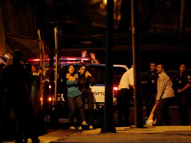 Ônibus é sequestrado no Centro do Rio (Foto: Marcelo Carnaval / Agência O Globo)