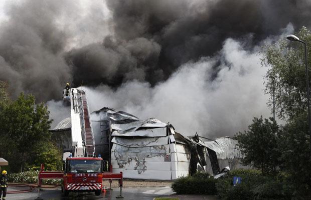 Bombeiros tentam apagar fogo no Sony Centre, em Enfield, Londres (Foto: Chris Helgren/Reuters)