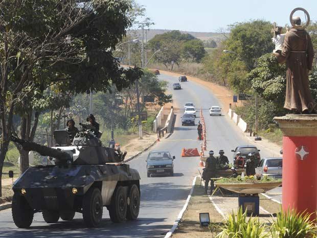 Tanque do Exército circula pelas ruas de Santo Antônio do Descoberto (Foto: Wilson Dias/Abr)