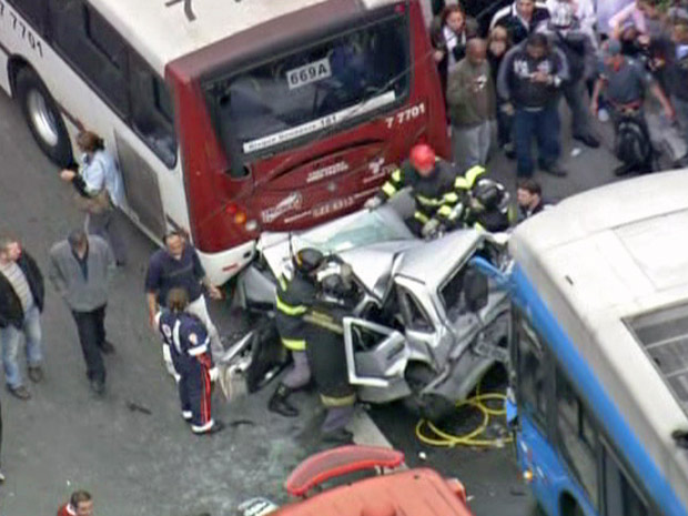 Carro ficou completamente destruído no acidente (Foto: Reprodução/TV Globo)