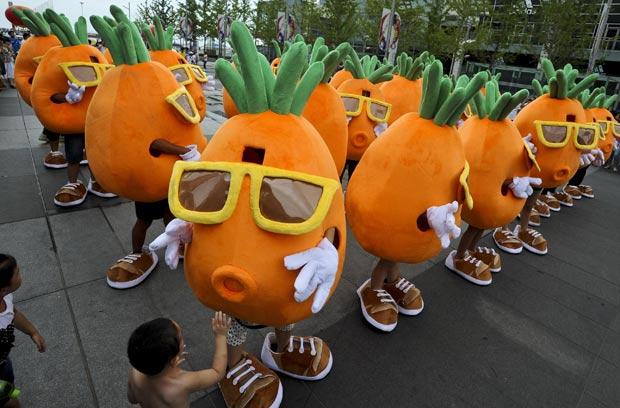 chinês Pang Kun e um grupo 48 amigos dançaram  fantasiados de cenoura durante um pedido inusitado de casamento (Foto: AP)