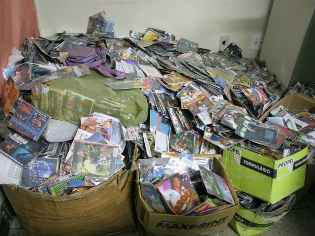 Dois homens foram presos com o material encontrado (mais de 45.000 CDs e DVDs (Foto: China/ Site Miséria)