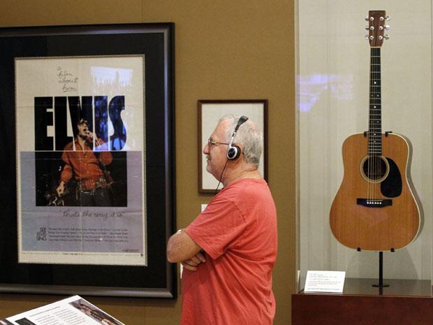 O último violão usado por Elvis Presley foi colocado em exposição nesta quarta-feira (10) no Musical Instrument Museum (Museu do Instrumento Musical), em Phoenix, no Estados Unidos. O violão acústico 1975 Martin D-28 foi um dos usados por Elvis durante a tour de 1977, incluindo o último show, em junho do mesmo ano, em Indianapolis.  (Foto: AP)