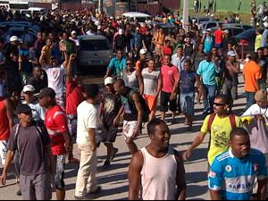 Obra é interditada e operários protestam após 9 mortes na Bahia (Foto: Reprodução/ TV BA)