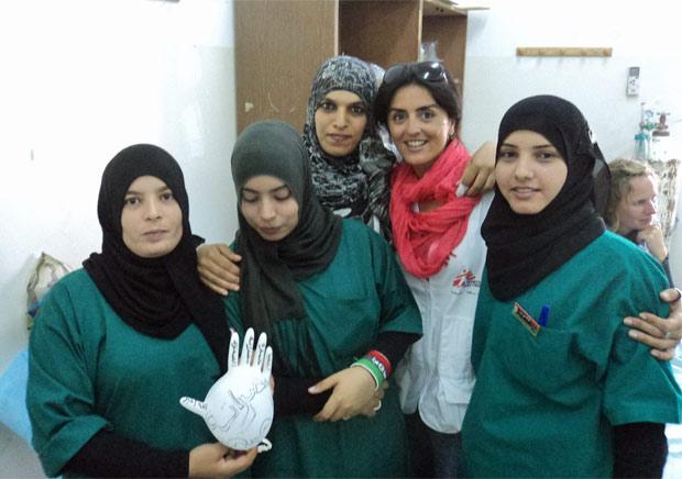 Carolina Batista (quarta da esquerda para a direita) com estudantes de medicina líbias que ajudou a treinar. (Foto: Arquivo Pessoal)