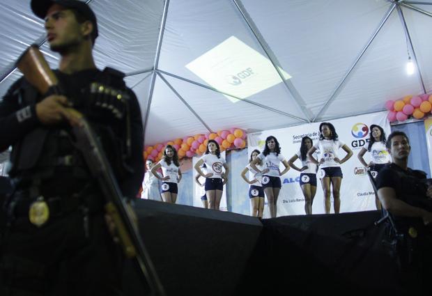 """A segurança do presídio feminino do Distrito Federal, localizado no Gama e chamado de """"Colméia"""", foi reforçada para o concurso. Cerca de 200 policiais estavam no local durante o evento, que foi assistido por todas as internas. O presídio tem cerca de 550 mulheres. (Foto: Reuters)"""