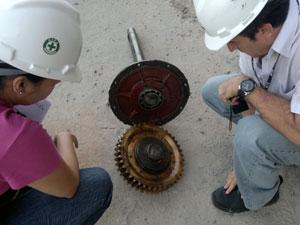 Técnicos avaliam peça que pode ter causado morte de nove operários na Bahia (Foto: Sandro Abade/ Arquivo Pessoal)