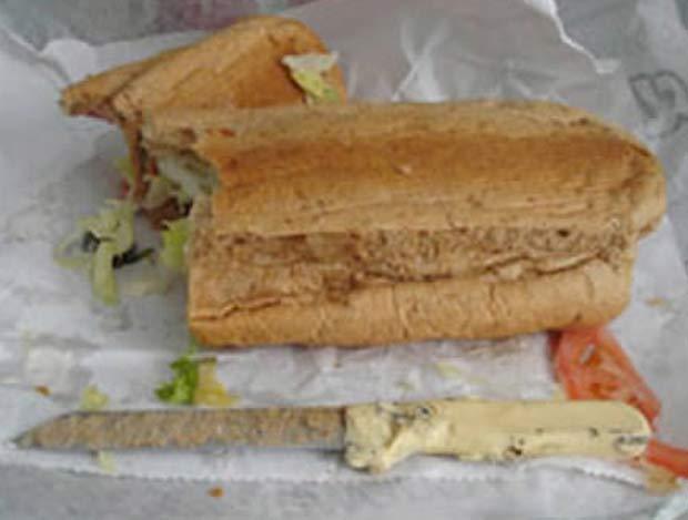 Em 2008, o americano John Agnesini encontrou uma faca em um sanduíche de restaurante fast-food de Nova York, nos EUA. (Foto: Reprodução)