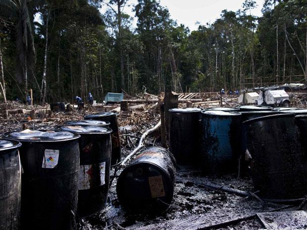 Estima-se que o processo de limpeza do óleo vazado demore cerca de um mês. (Foto: Antonio Escalante/Reuters)