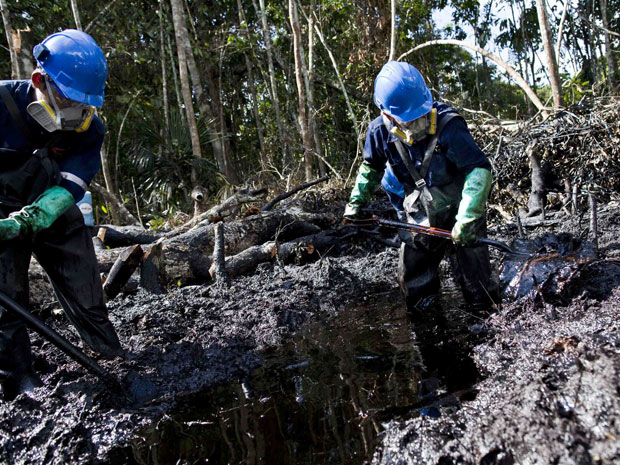 Funcionários da empresa argentina Pluspetrol trabalham na limpeza do equivalente a cerca de 1,1 mil barris de petróleo na região amazônica de Loreto, no Peru. As imagens da véspera foram divulgadas nesta quinta (11). (Foto: Antonio Escalante/Reuters)
