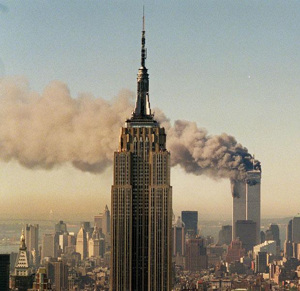 Fotografia tirada de longe mostra o panorama de Nova York com as torres gêmeas atingidas (Foto: Marty Lederhandler/AP)
