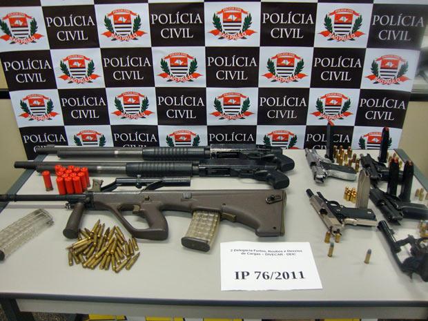 Armas apreendidas com integrantes de quadrilha suspeita de roubo de cargas na Grande São Paulo (Foto: Divulgação/Polícia Civil)