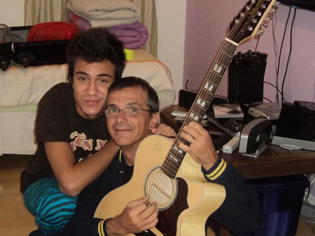 Cesar Assolant e seu filho Pe Lu, guitarrista e vocalista do Restart (Foto: Divulgação)