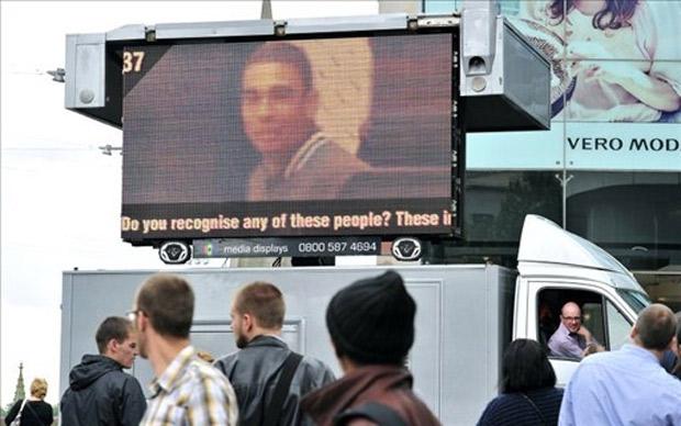 Caminhão com imagem de suspeito percorre ruas do centro de Birmingham, nesta sexta (12) (Foto: Glyn Kirk / AFP)