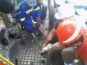 Monitoramento de bueiros no Rio (Foto: Carlos Roberto Osório/Divulgação Seconserva)