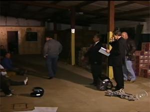 No galpão usado pelo grupop foram encontradas cargas de leite e papelão (Foto: Reprodução/ TV Tem)
