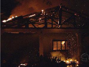 Incêndio destruiu casa no bairro Boa Esperança em Cuiabá (Foto: Reprodução /TVCA)