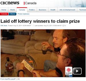 Alguns dos vencedores mostram o bilhete premiado (Foto: Reprodução/CBC)