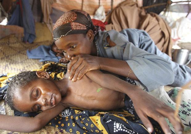 Mãe cuida de filho no campo de refugiados de Dadaab, no Quênia  (Foto: Reuters)