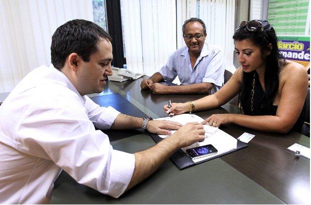 Deputado estadual Marcio Fernandes abona ficha de filiação da ex-BBB Priscila Pires (Foto: Divulgação/Marcos Miatelo)