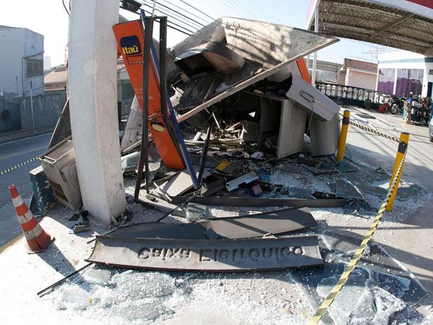 Posto ficou destruído após explosão de caixa eletrônico (Foto: Mario Ângelo/AE)