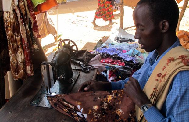Siyat Noor aprendeu a costurar em 2007, num curso profissionalizante (Foto: Giovana Sanchez/G1)