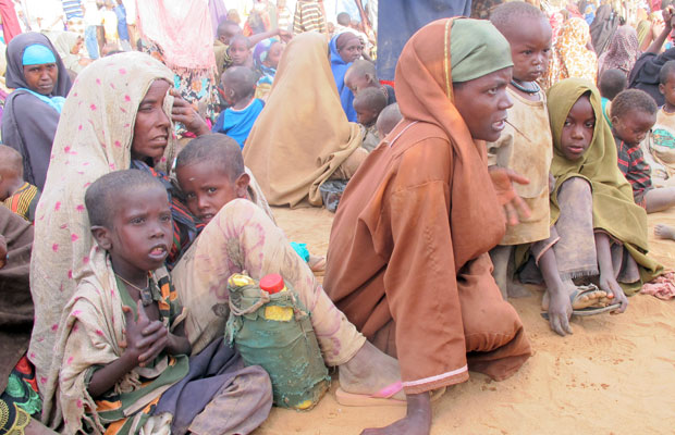 Fatuma Aden com as irmãs e as crianças na porta do campo de Dagahaley, em Dadaab (Foto: Giovana Sanchez/G1)
